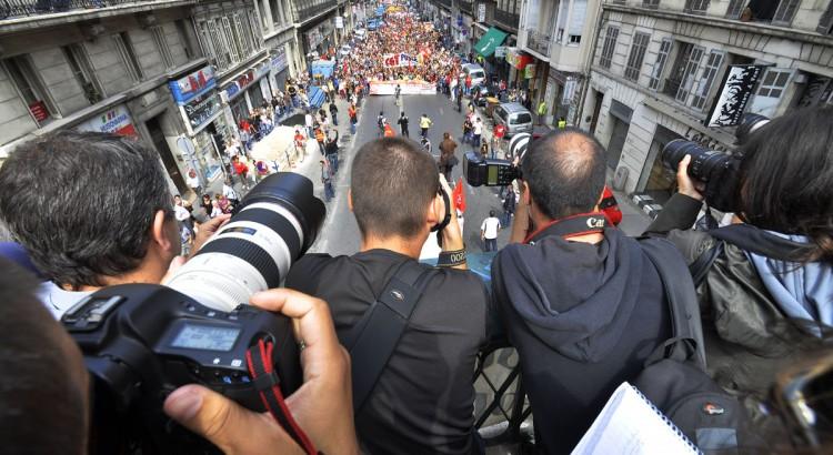 FotografInnen machen Bilder von einer Demo