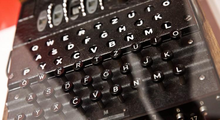 """Foto: CC BY-ND 2.0, """"Verschlüsselung von Nachrichten in der Vergangenheit"""" von Vodafone Medien, flickr.com Das Bild zeigt eine alte Enigma-Maschine, sie verschlüsselte im Zweiten Weltkrieg Botschaften zur abhörsicheren Kommunikation. https://creativecommons.org/licenses/by-nd/2.0/ https://flic.kr/p/tuVgxc"""